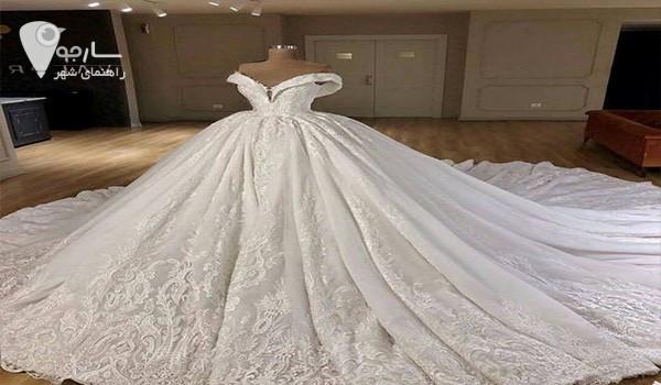 جنس پارچه ساتن برای لباس عروس بسیار طرفدار دارد.