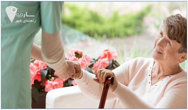 یک پرستار سالمند خوب به وضعیت جسمی و روحی سالمند توجه دارد